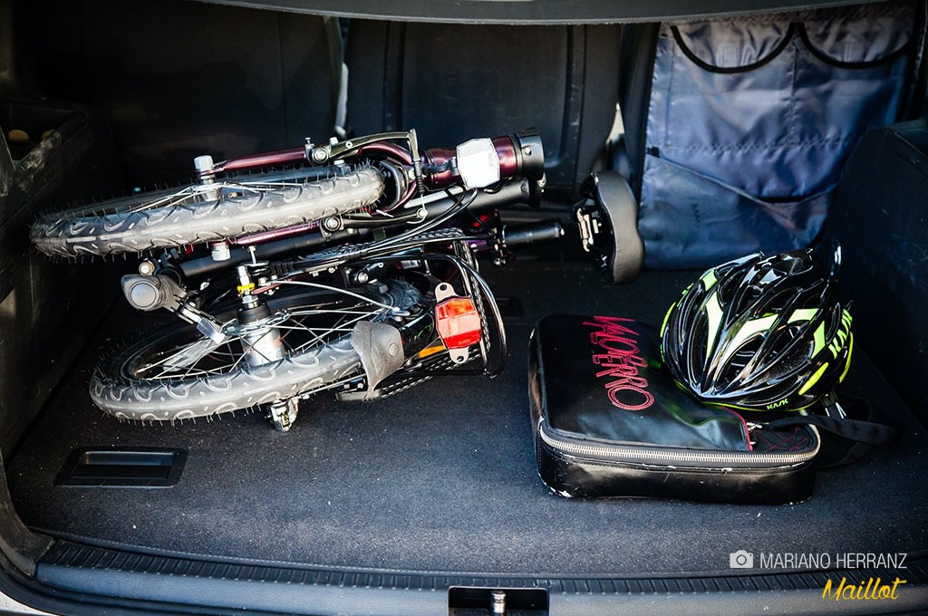 estás en un atasco con tu bici plegable en el maletero… aparcas en cuanto puedas y te vas dando pedales