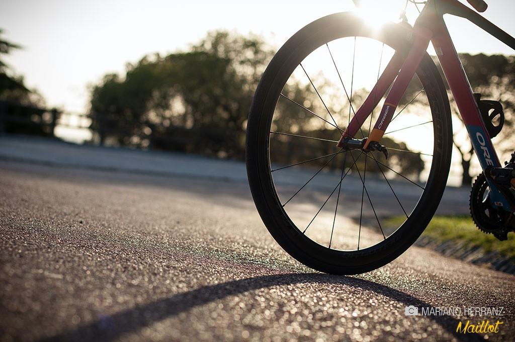muchas ruedas ultraligeras marcan un límite de peso recomendado para el ciclista en torno a los 9 gramos de rueda por kilo del ciclista