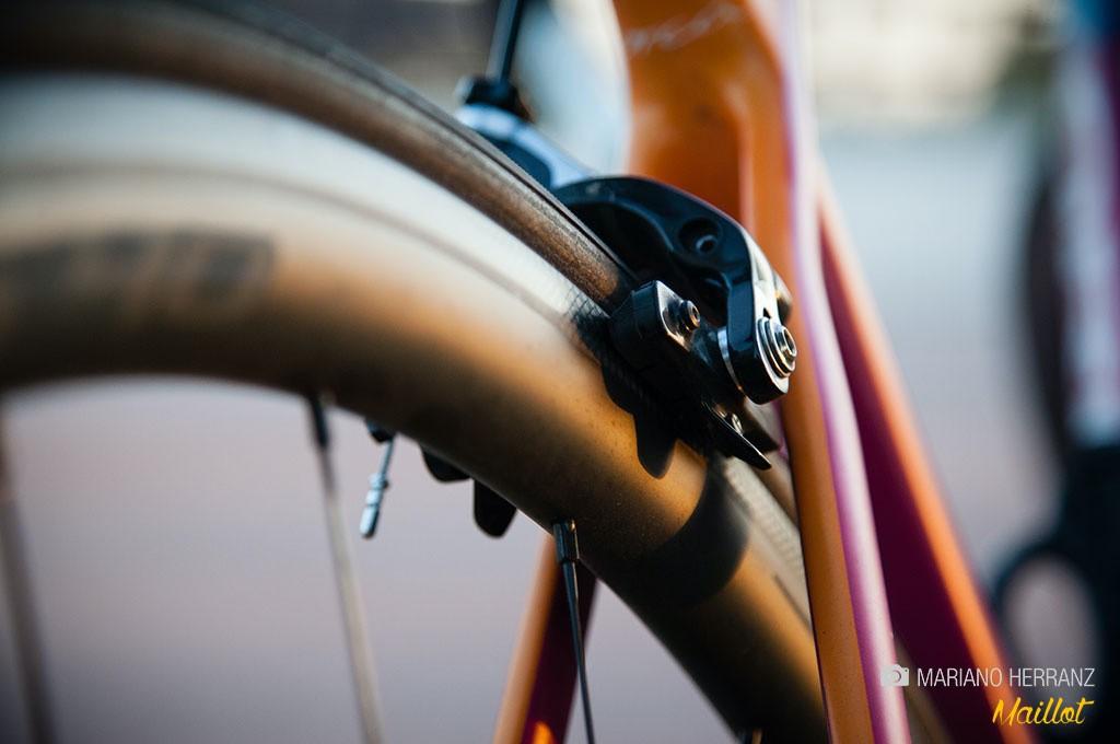 En la actualidad se han desarrollado zapatas especiales para llantas de carbono, aunque la calidad de frenada no es como en aluminio, especialmente en mojado