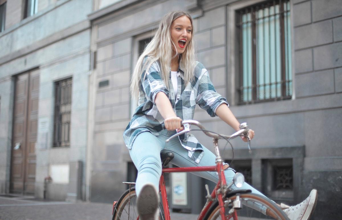 Ciclista pasando un buen rato sobre la bici