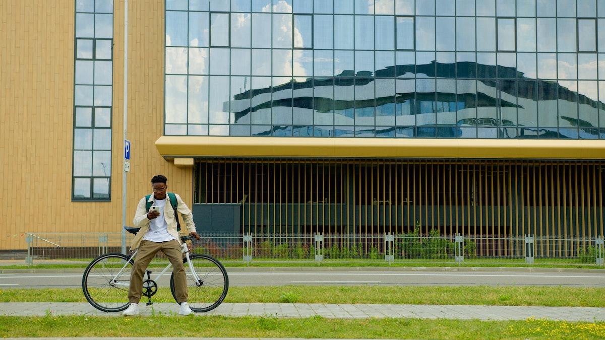 Ciclista urbano sentado sobre su bici en una zona peatonal