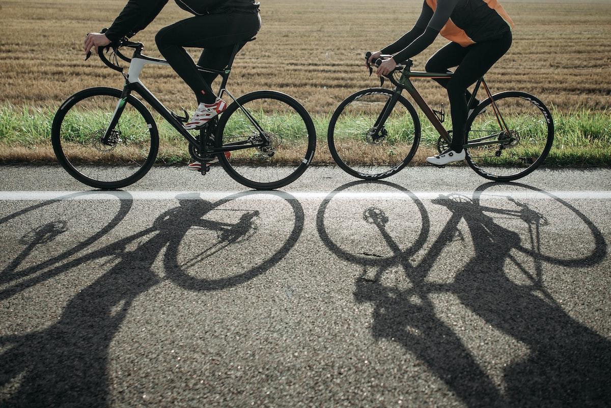 Ciclistar circulando por el arcén
