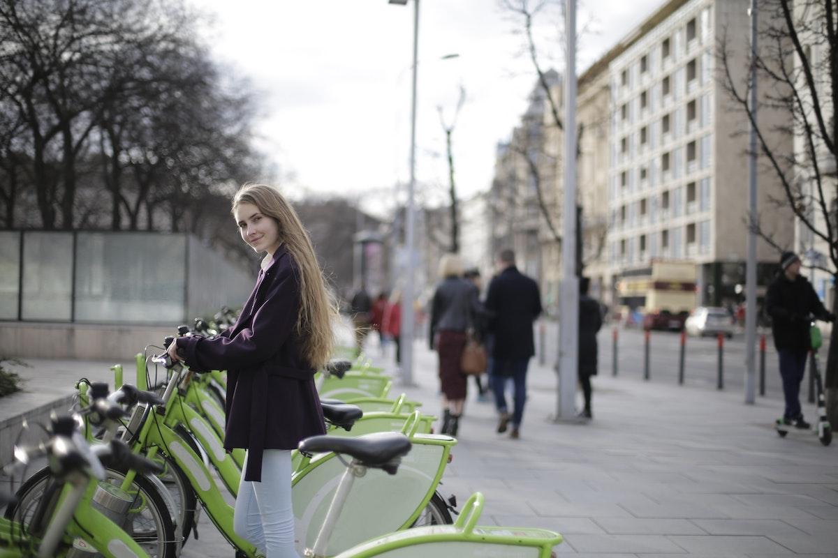 Una ciclista cogiendo un bicicleta