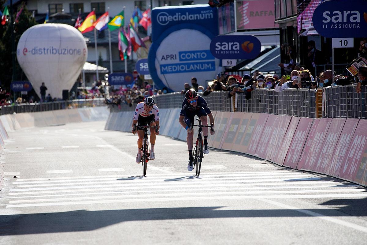 Jay Hindley y Tao Geoghegan jugándose el Giro 2020
