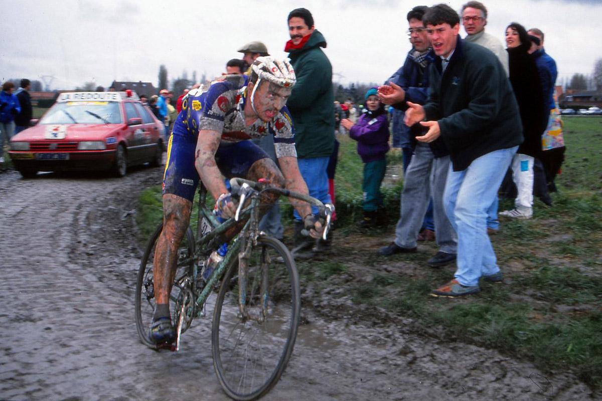Johan Museeuw con una Bianchi de doble suspensión en la Paris-Roubaix de 1994