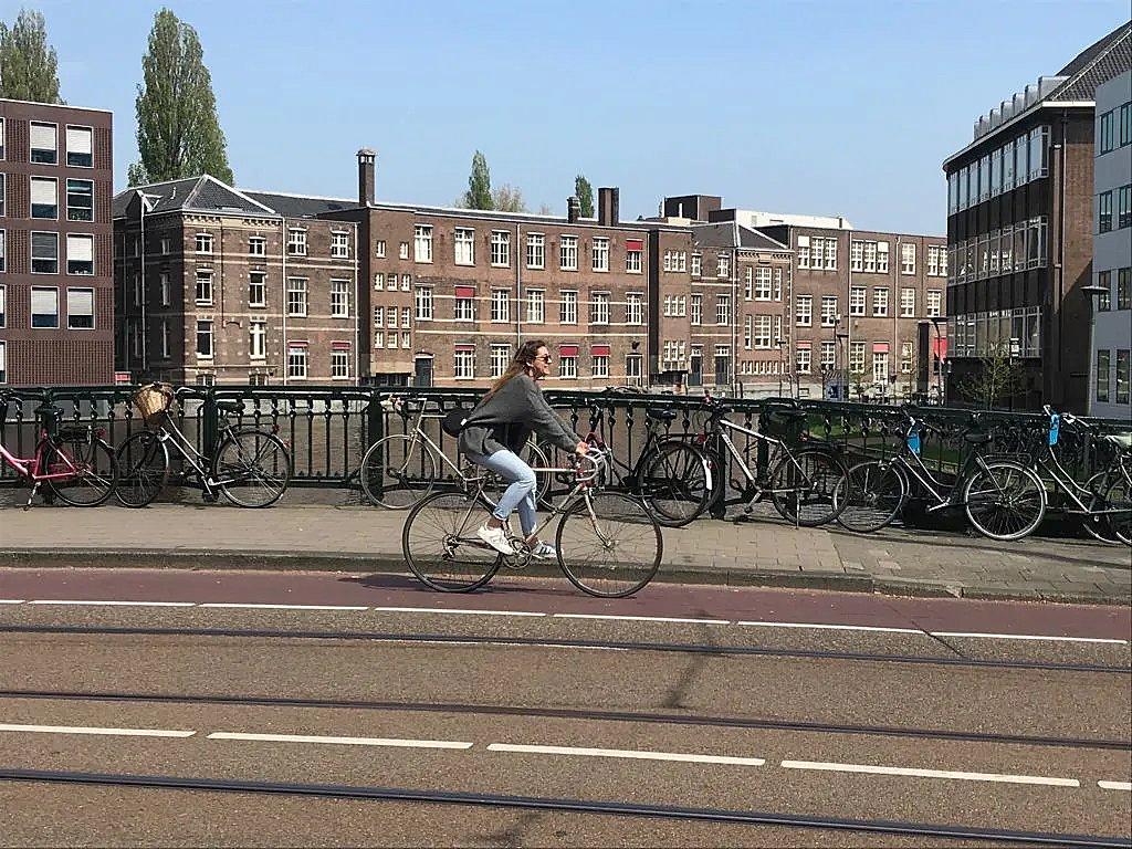 Ciclista urbana en Ámsterdam