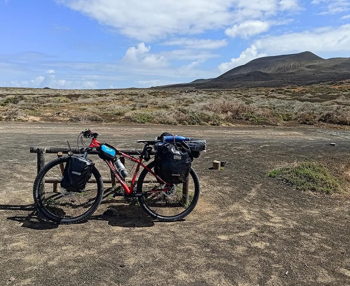 Bicicleta con alforjas en La Graciosa (Islas Canarias)