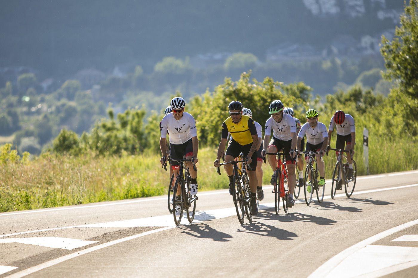 Salida en bici de los miembros del CUPRA Challenge Quebrantahuesos con Óscar Pereiro