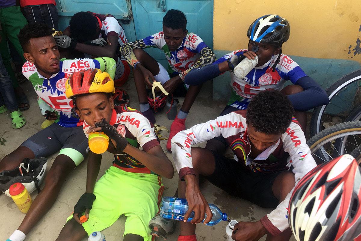 Chicos del Club Ciclista Saint Mary después de una competición