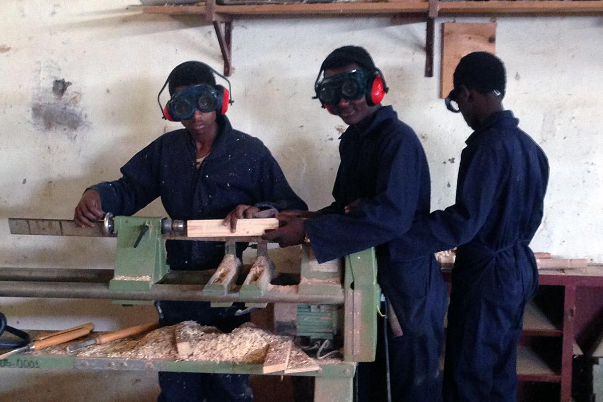 Clases de FP de carpintería en la Misión Saint Mary de Wukro