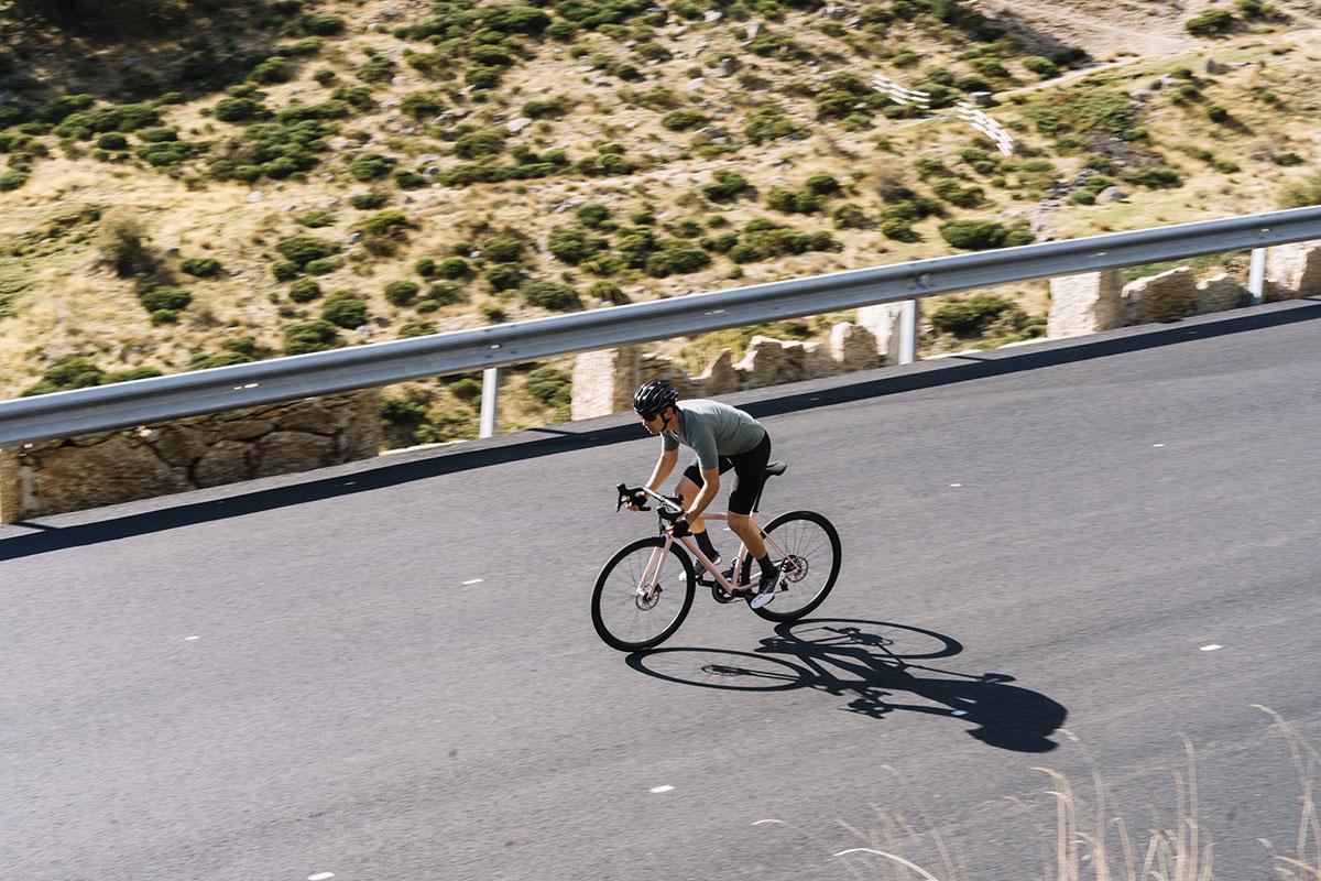En acción dando las primeras pedaladas con la nueva Specialized Aethos PRO