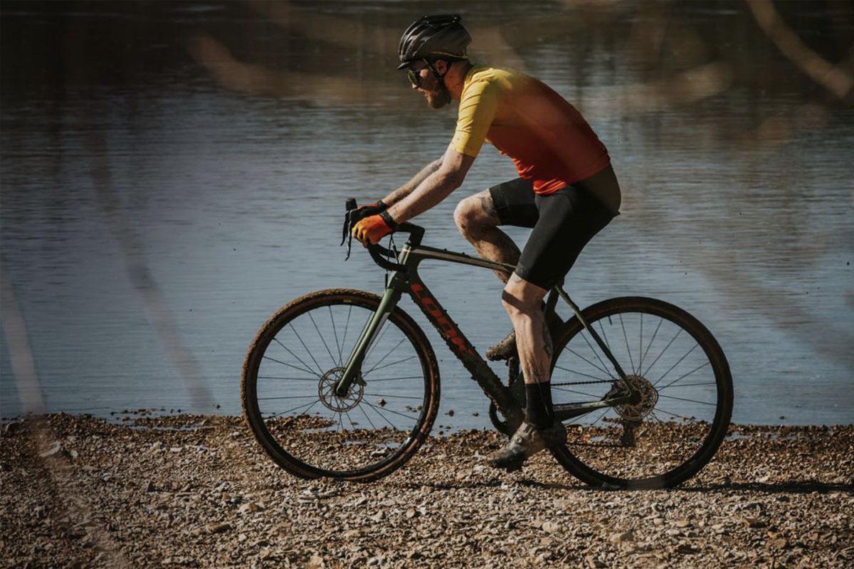 Foto de acción de una bici de gravel Look con pedales Look