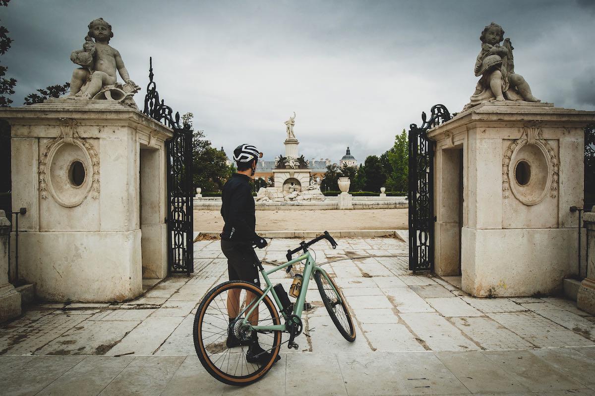 Foto de acción de una bici de gravel disfrutando de una parada en el camino