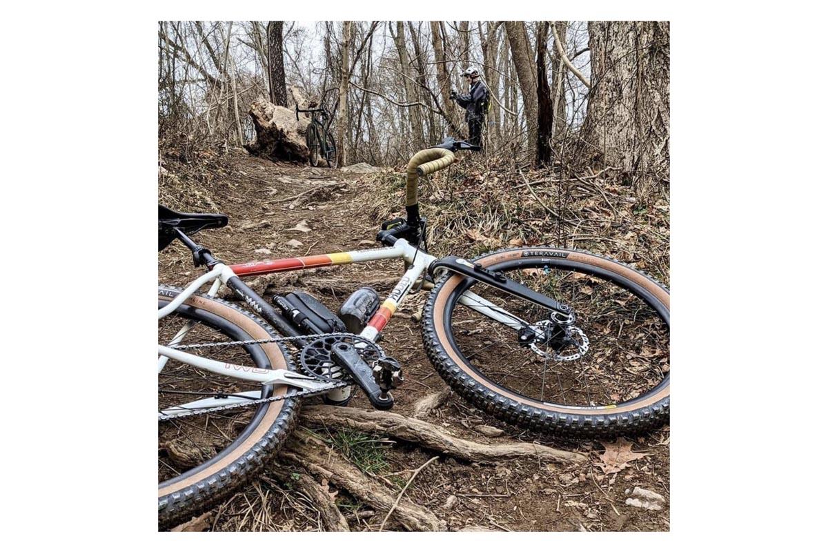 Detalle de una bici de gravel con un plato ovalado de Absolute Black