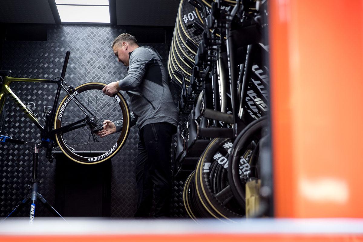 Mecánico profesional montando una rueda