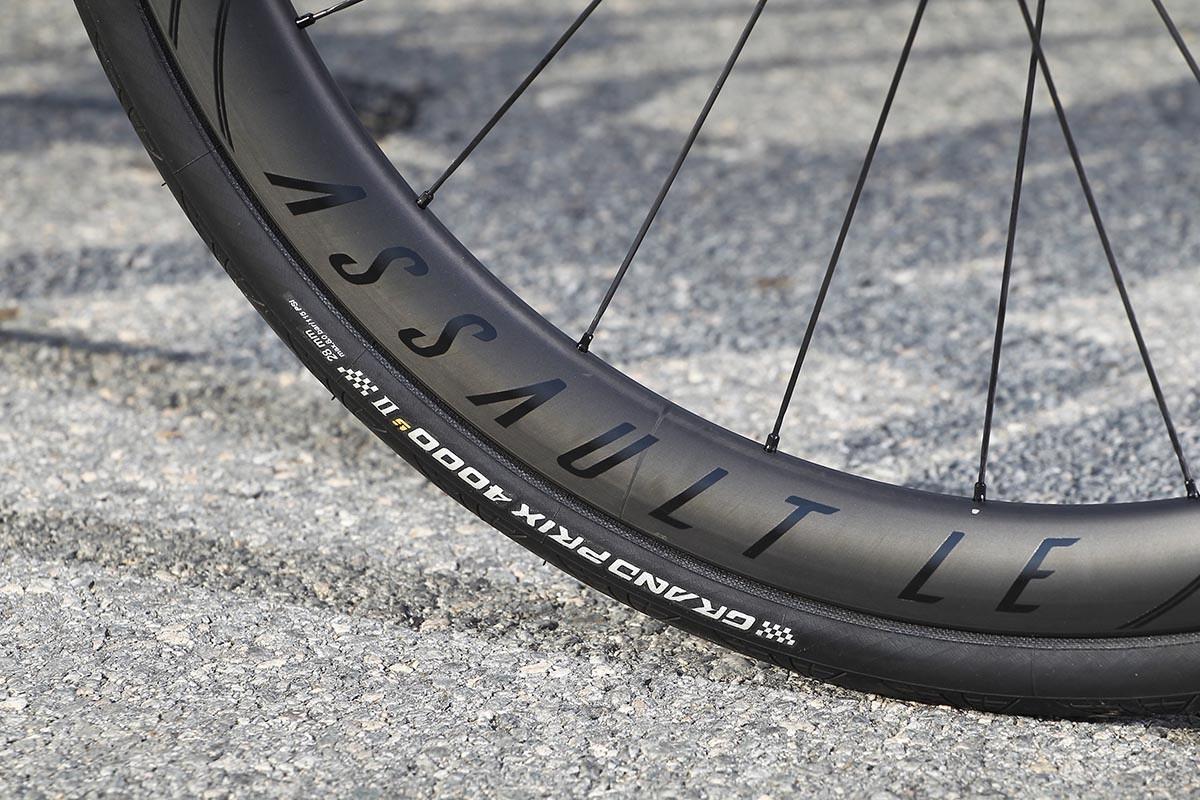 Detalle de un neumático de la marca Continental