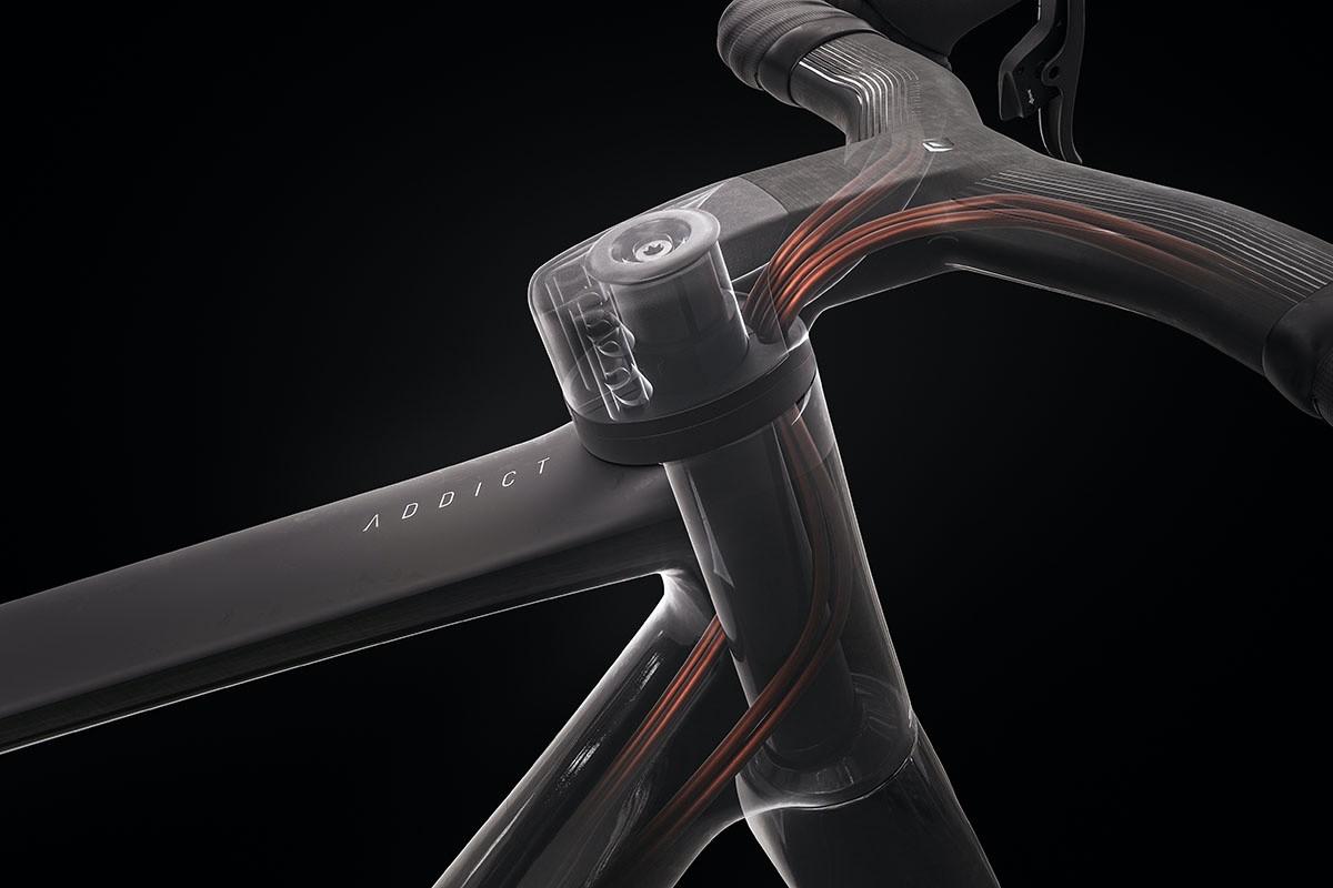 Introducción del cableado por la pipa de la dirección en la nueva Addict RC