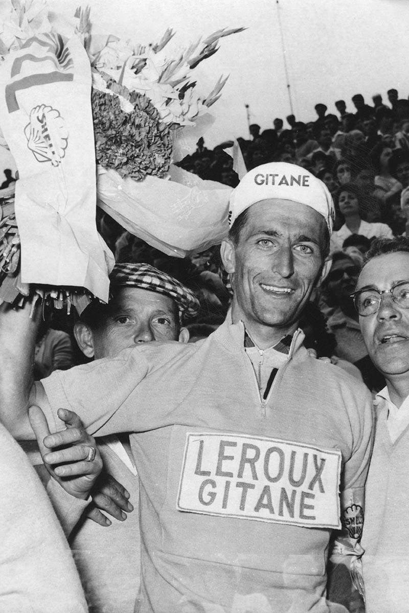 Tom Simpson vestido de amarillo en el Tour de Francia el 12 de julio de 1962