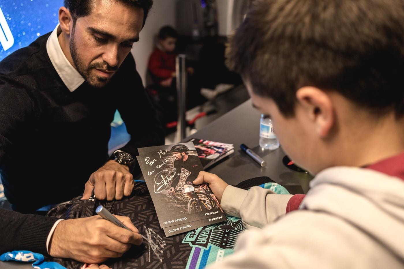 Alberto Contador firmando autógrafos en la inauguración de Trek Castelldefels