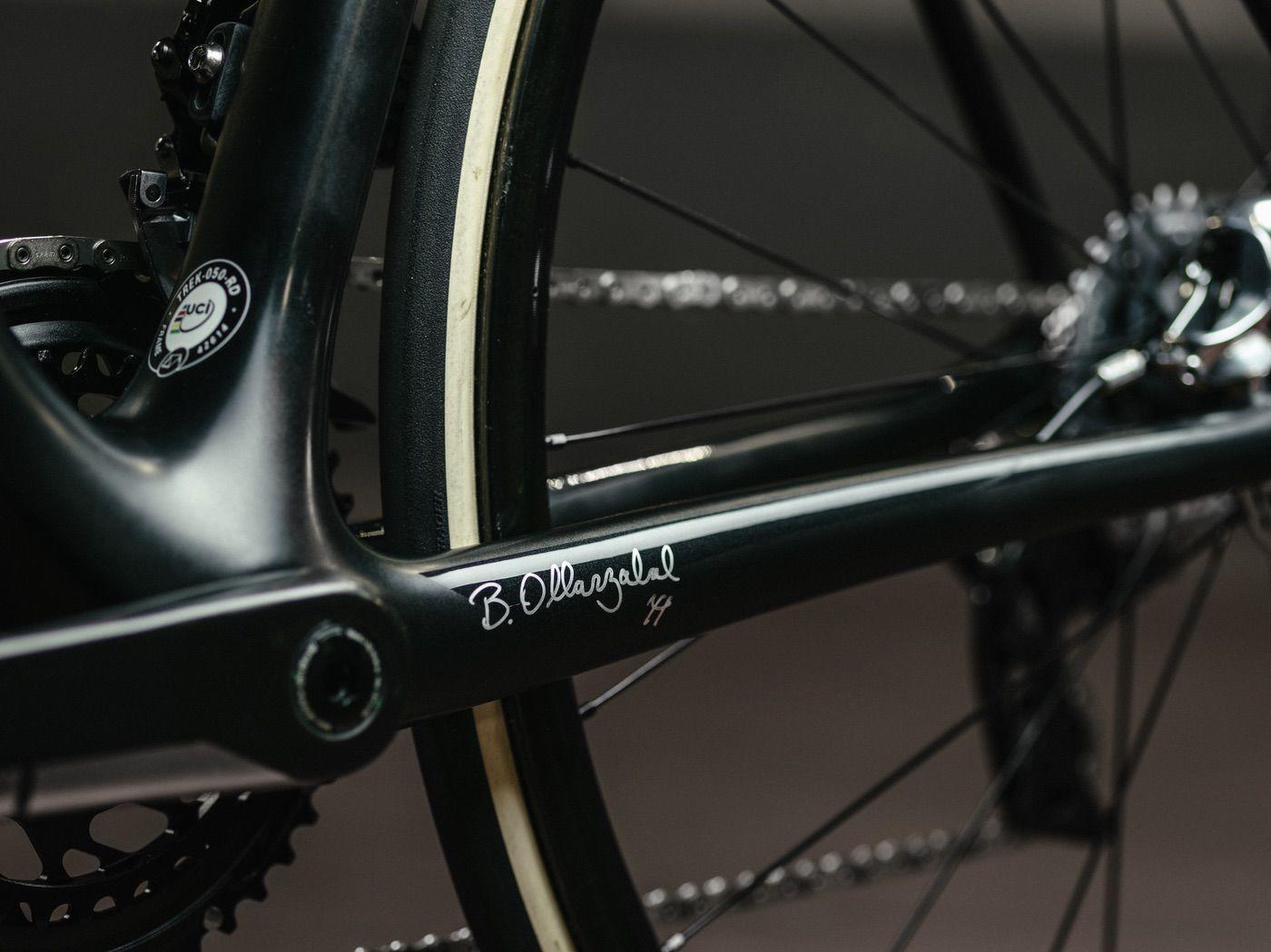 Detalle con la firma de Alberto Contador en su nueva Trek Emonda SLR