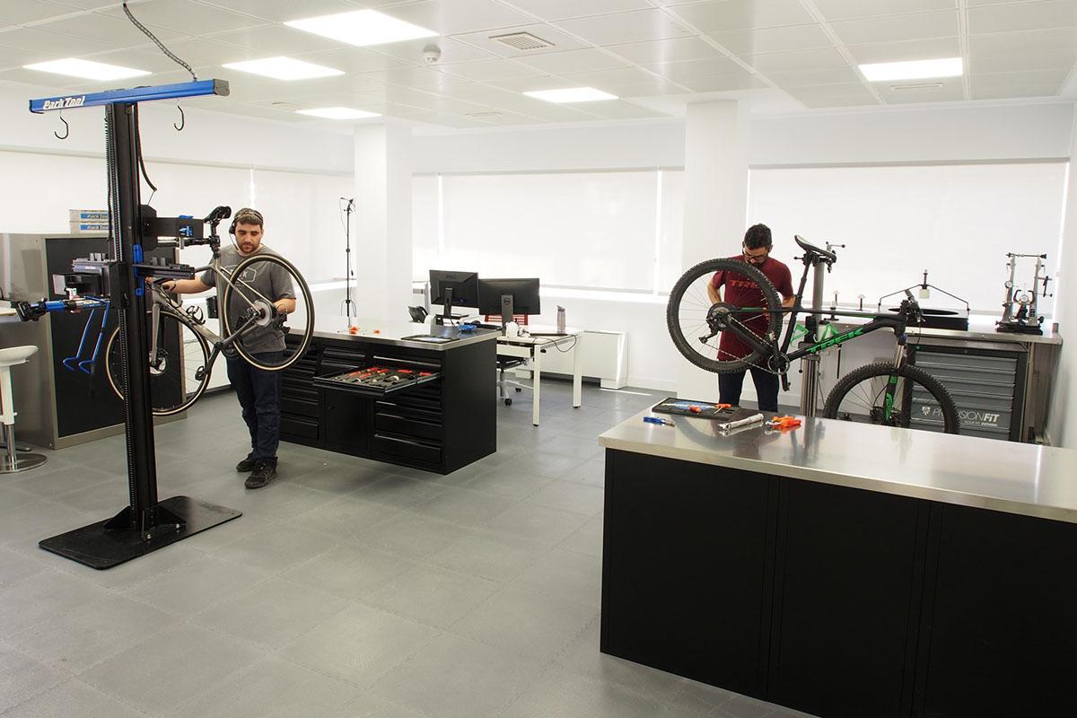 En Trek disponen de un taller de bicis profesional con herramientas técnicas UNIOR tool del máximo nivel y con puestos específicos de e-bikes.