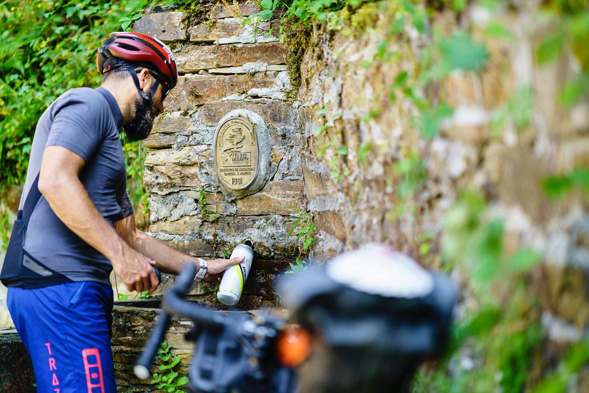 Vacaciones en bici, consejos prácticos: lleva agua y alimento de sobra y recarga siempre que puedas