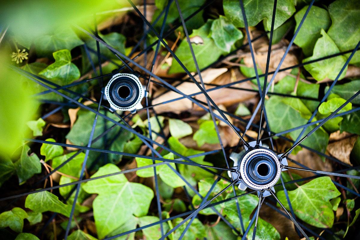Imagen de dos bujes de ruedas Shimano