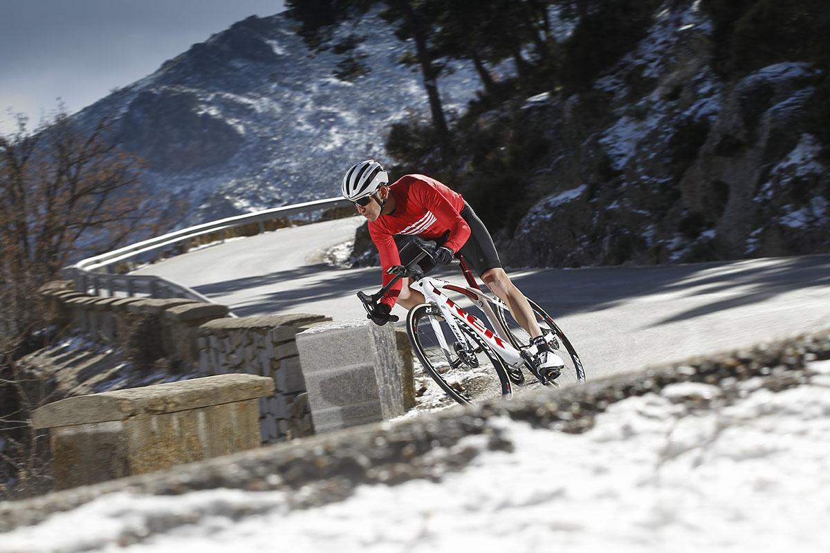 Foto de acción en carretera con las primeras nieves del año de fondo
