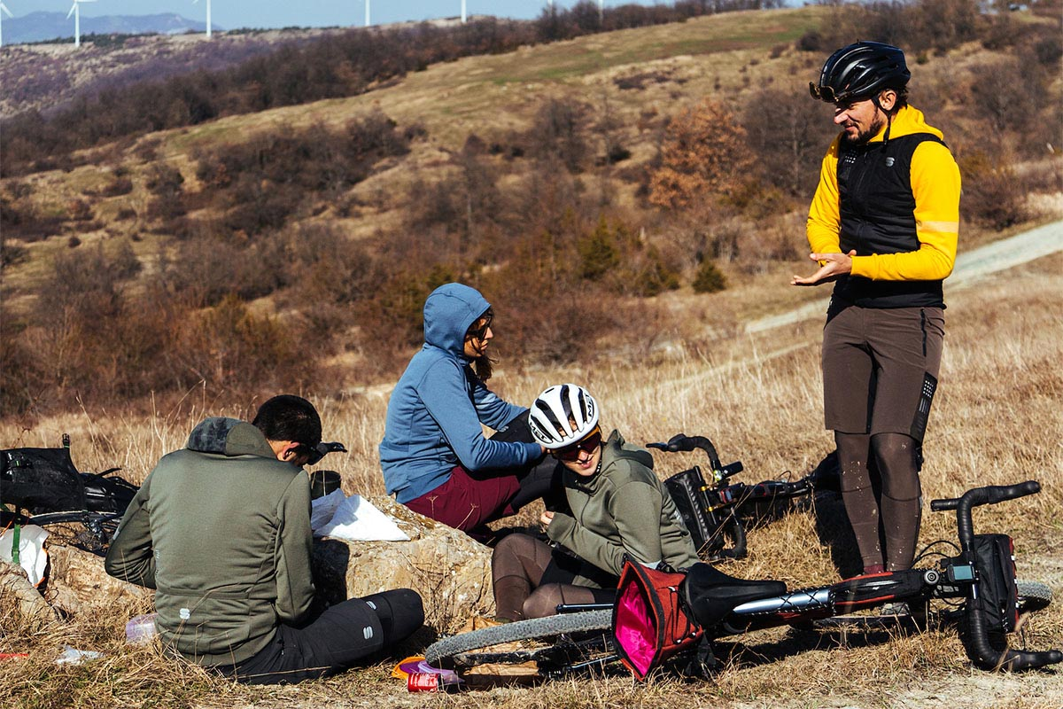 Grupo de riders vestidos de invierno haciendo una parada de relax