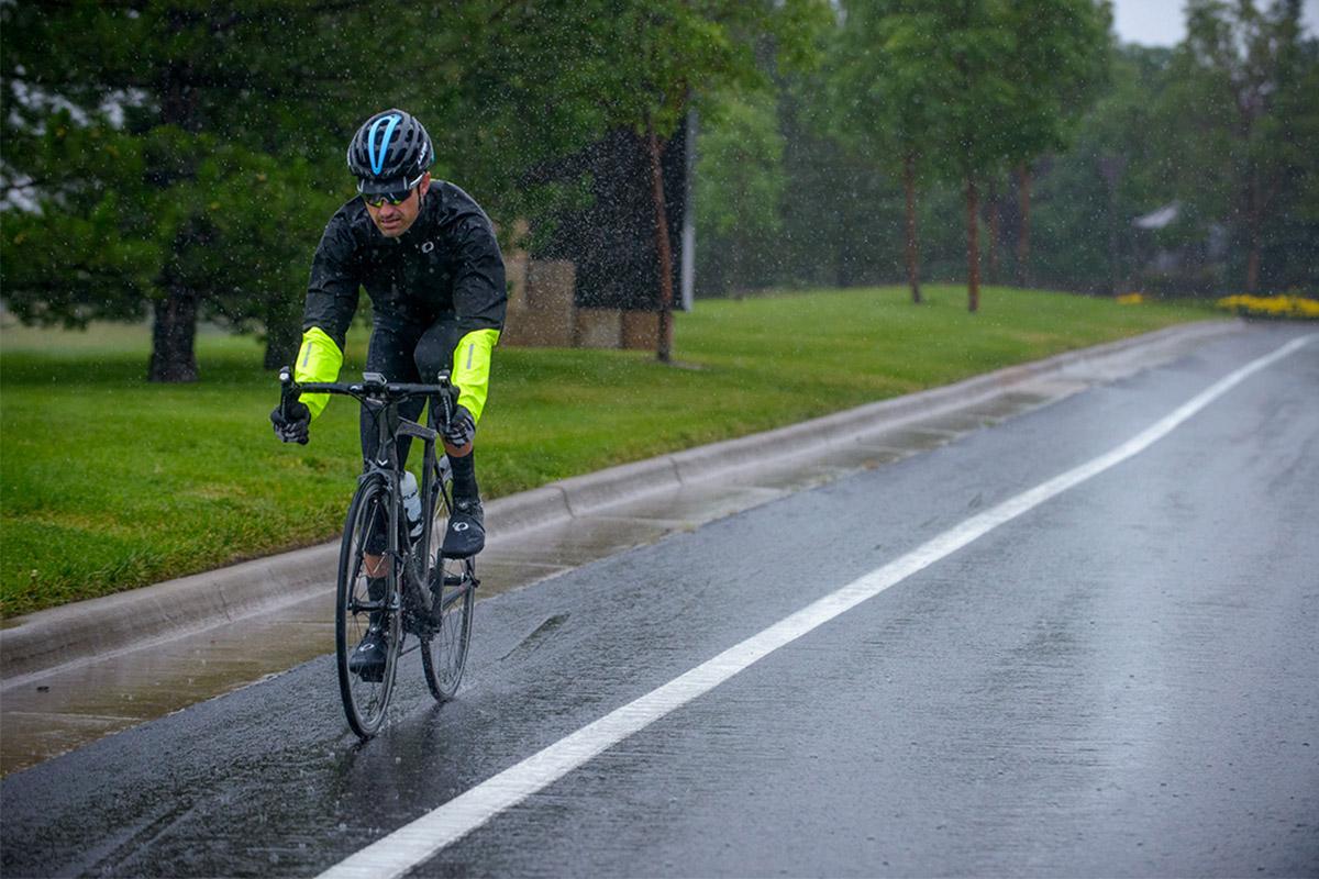 Foto de acción en bici de carretera bajo una lluvia intensa