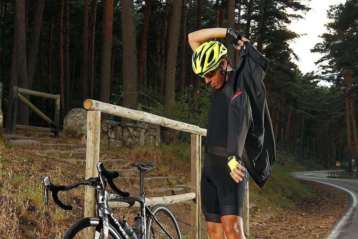 Ciclista poniéndose una chaqueta para combatir el frío