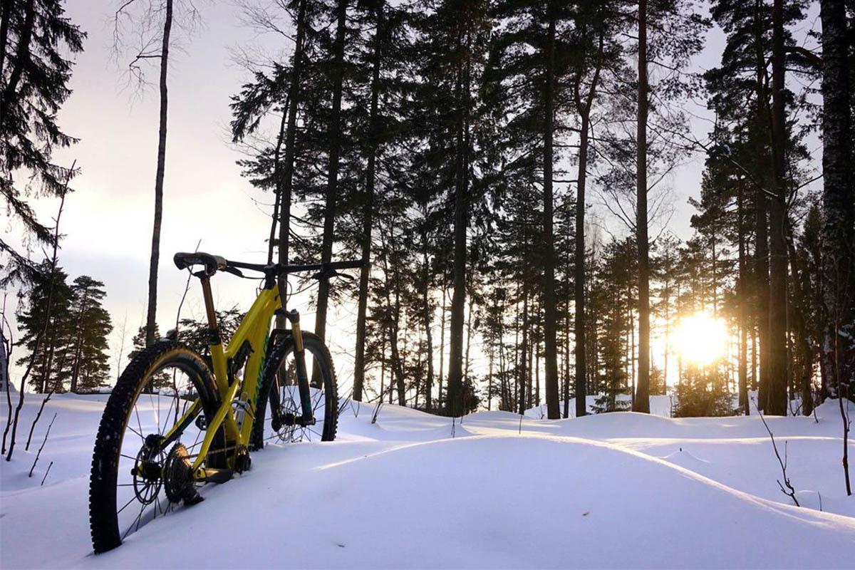 Mountain bike en una zona llena de nieve en invierno
