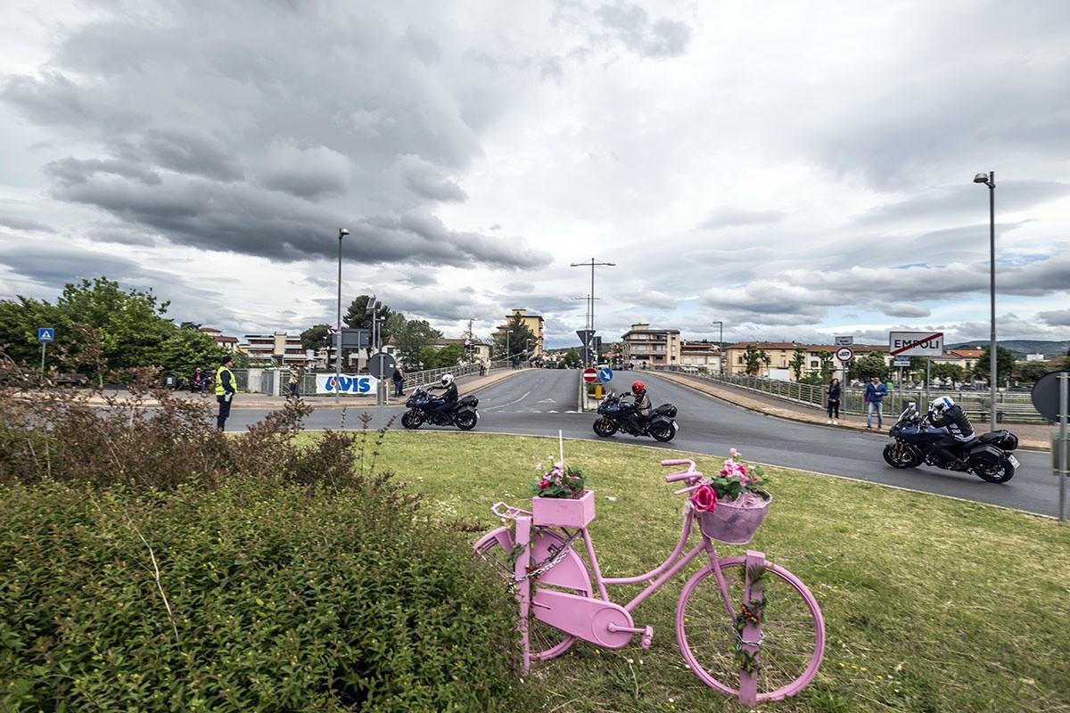compañamos la caravana del Giro con la Yamaha Niken GT