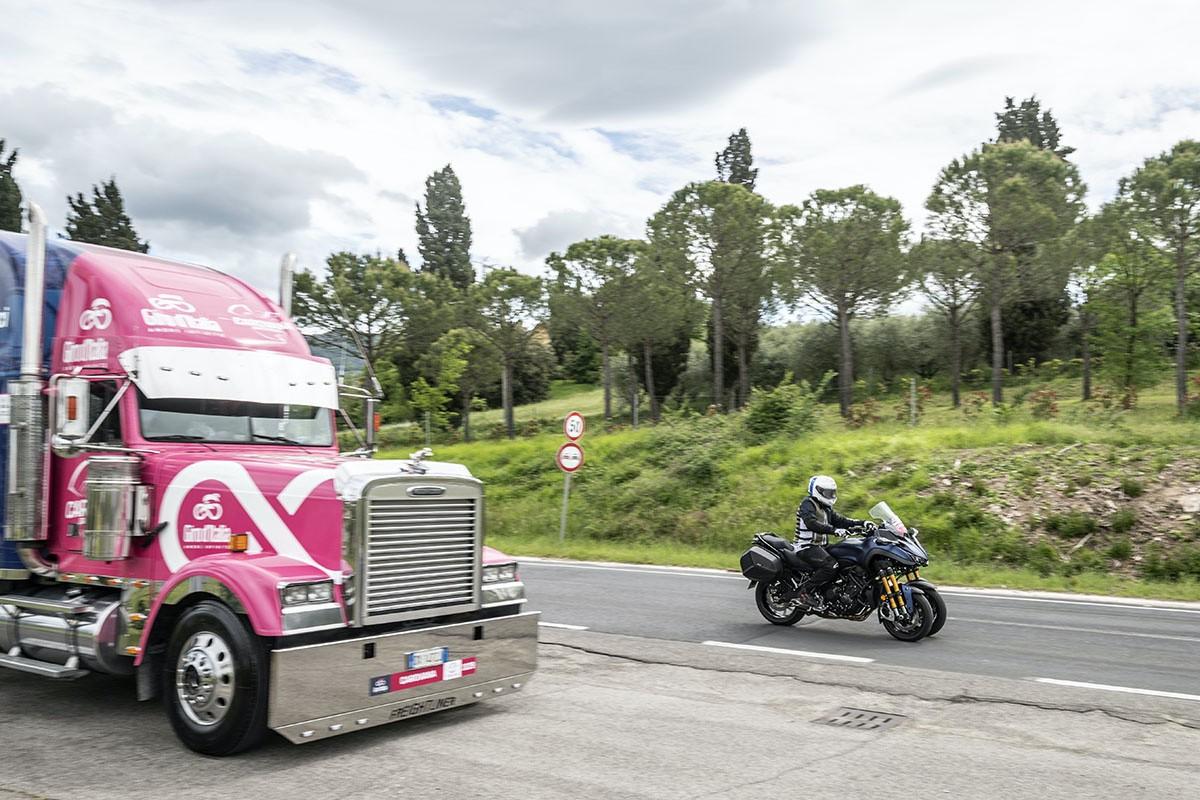 Acompañamos la caravana del Giro con la Yamaha Niken GT